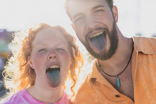 Крупным планом счастливая пара с синими языками