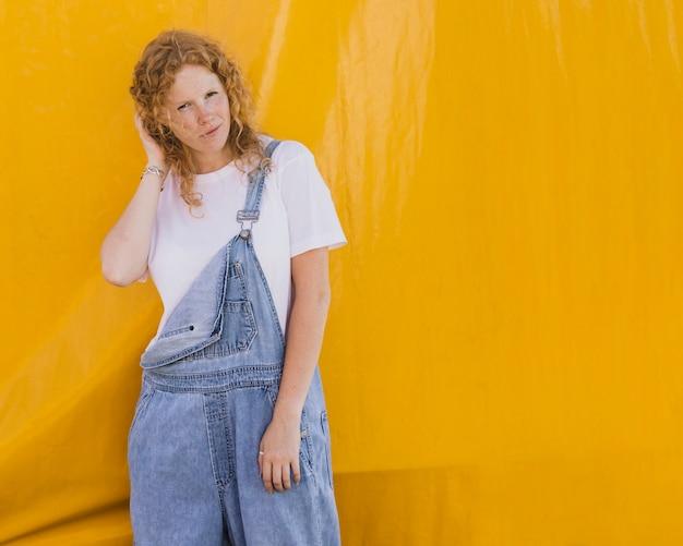 黄色の背景とコピースペースを持つミディアムショットの女の子
