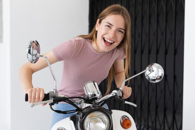 Радостная женщина готова к поездке