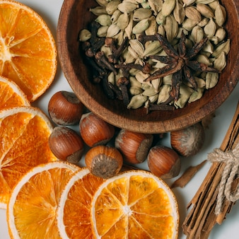 Украшение сверху с кусочками апельсина и фундуком