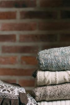 暖かい服とレンガの壁で装飾