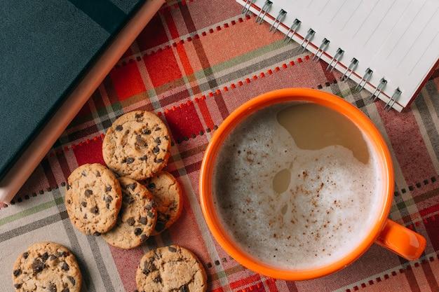 Плоская кладка горячего шоколада на фоне кашемира