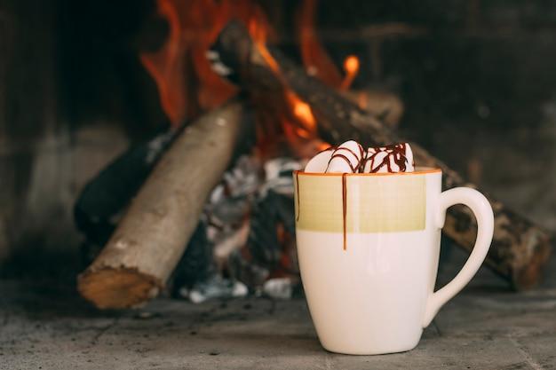 暖炉のそばのマグカップとの配置