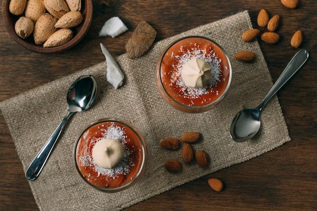 Вид сверху зимний десерт с миндалем