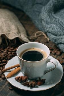 スターアニスとコーヒーのクローズアップカップ