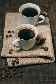 テーブルの上のコーヒーのクローズアップカップ