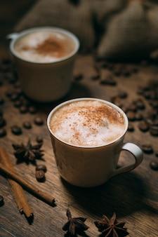 Крупный план кофейных чашек с жареными бобами