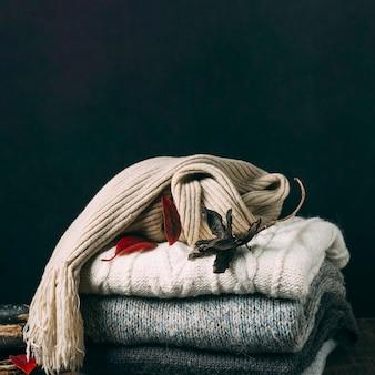 葉とクローズアップの冬のセーター