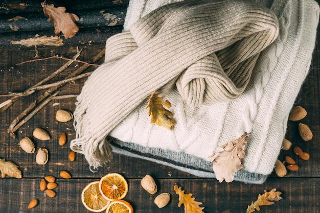 葉とトップビュー冬のセーター