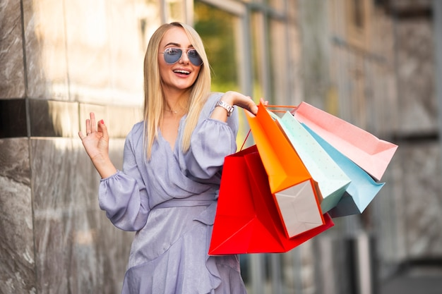 Портрет красивая женщина во время покупок