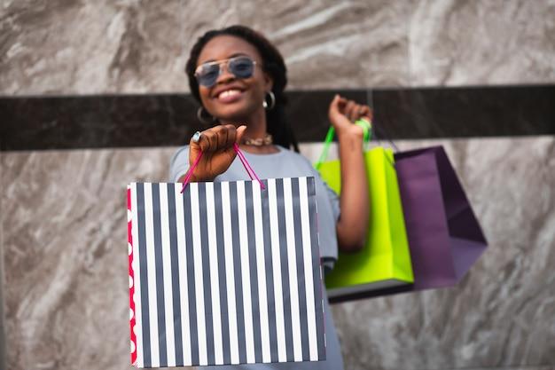 買い物袋を持つスマイリー女性