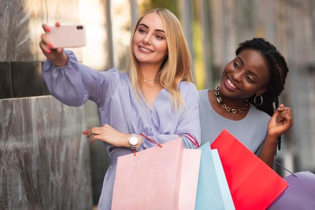 ショッピングバッグのモックアップを持つ女性