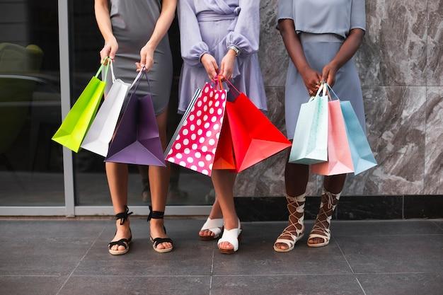 買い物袋を持つクローズアップ女性