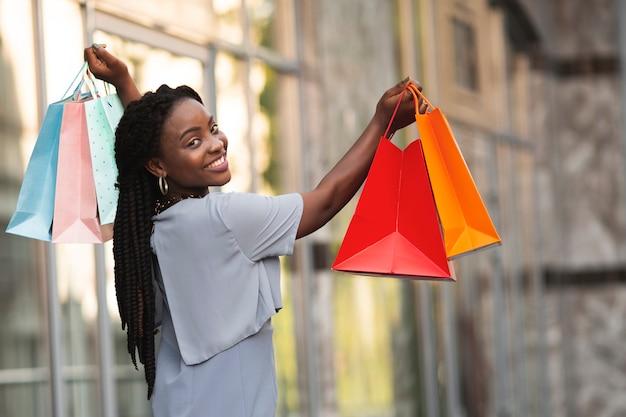 Женщина оставила покупки со многими сумками