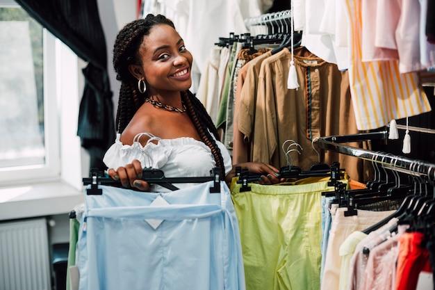 Смайлик в магазине одежды