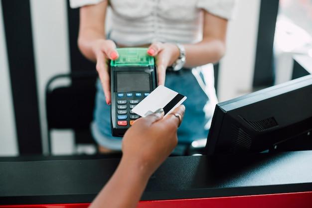 Высокий угол женщина в магазине, оплачивая покупки