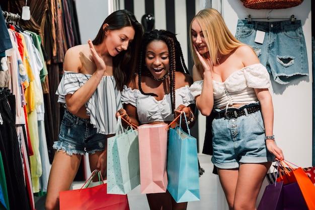 Возбужденные подружки за покупками вместе