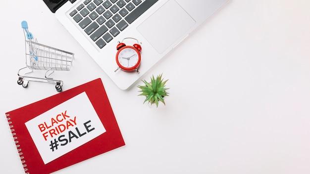 Концепция продажи ноутбука черная пятница с копией пространства