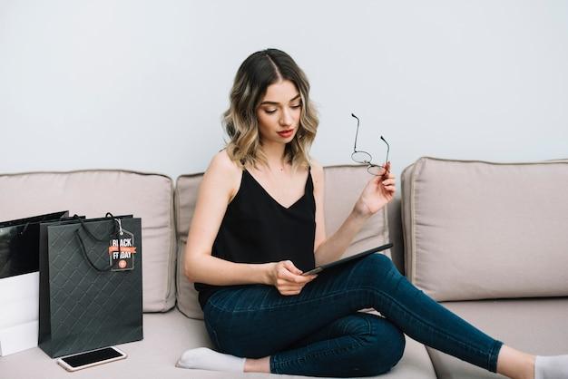 Вид спереди женщина на диване, проверка сайта черная пятница онлайн