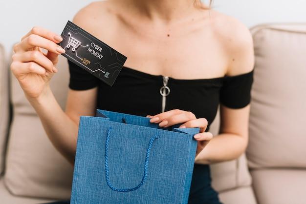 Женщина конца-вверх держа карточку с дизайном кибер понедельника