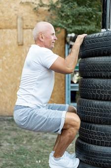 屋外で持久力を練習する老人
