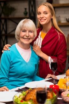 Средний снимок матери и ее дочери