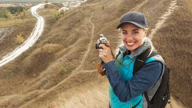 Счастливая молодая женщина на природе