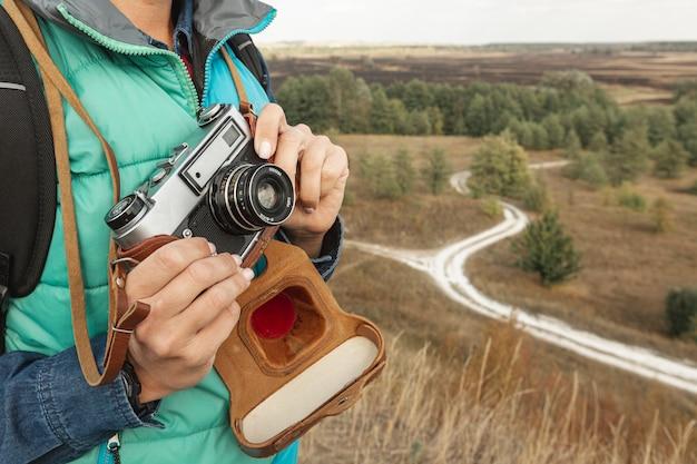 Макро взрослая женщина с фотоаппаратом