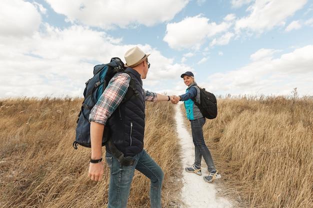 Взрослая пара с рюкзаками на природе