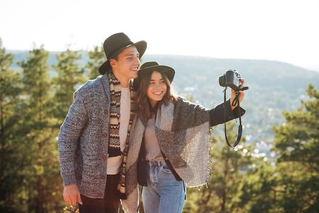 かわいい若いカップルの写真を撮る