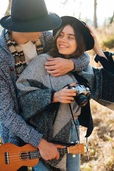 自然の中で愛らしい若いカップル