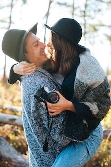 愛の愛らしい若いカップル