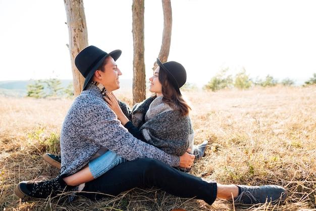 自然の中で一緒に愛らしい若いカップル