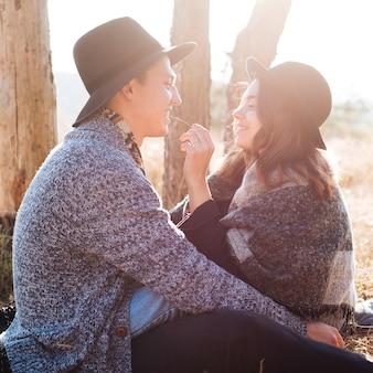 自然の中で正面の若いカップル