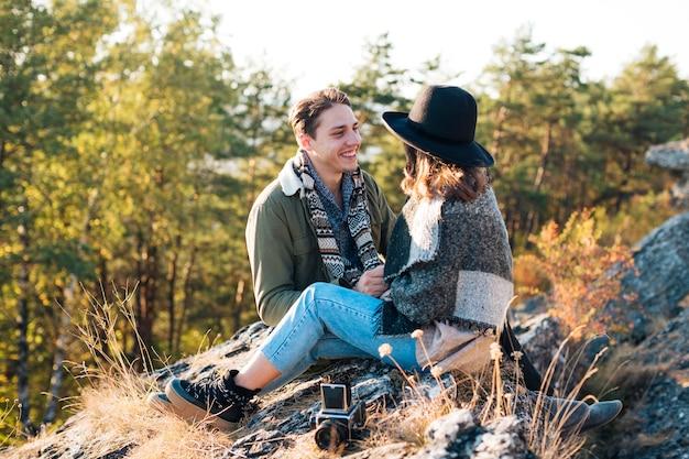 自然を楽しんでいるかわいい若いカップル