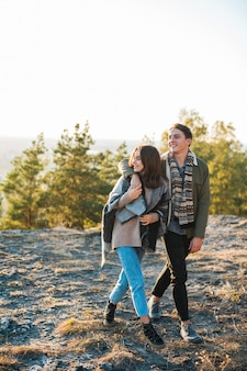 公園を歩いているフルショット若いカップル