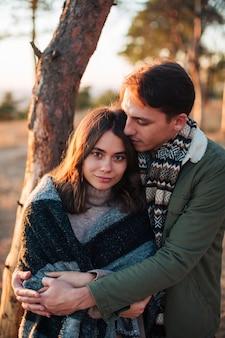 屋外を抱いて愛らしいカップル