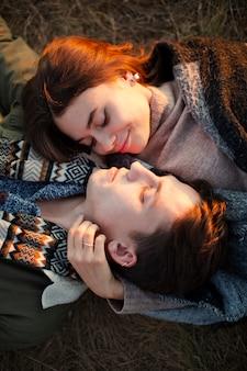 愛の若いカップルのトップビュー