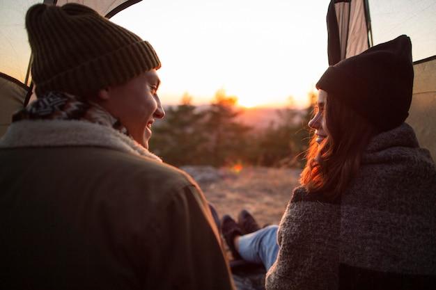 自然の中で若いカップルの背面図