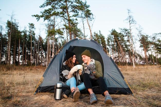 Полный выстрел молодая пара на природе
