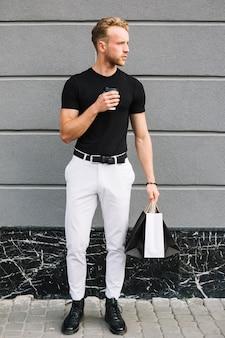 カジュアルな服装でハンサムな男性