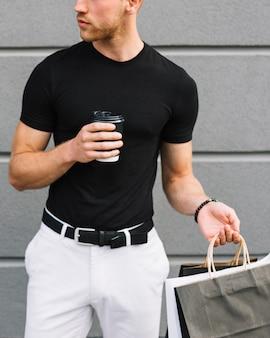 Вид спереди взрослого мужчины в повседневной одежде