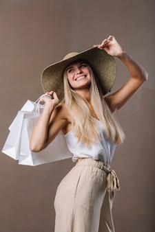 Красивая молодая женщина, держащая сумок