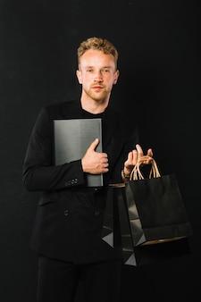 Уверенный взрослый мужчина с сумками