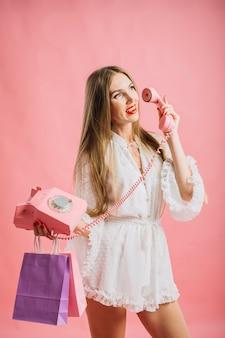 電話で正面のきれいな女性