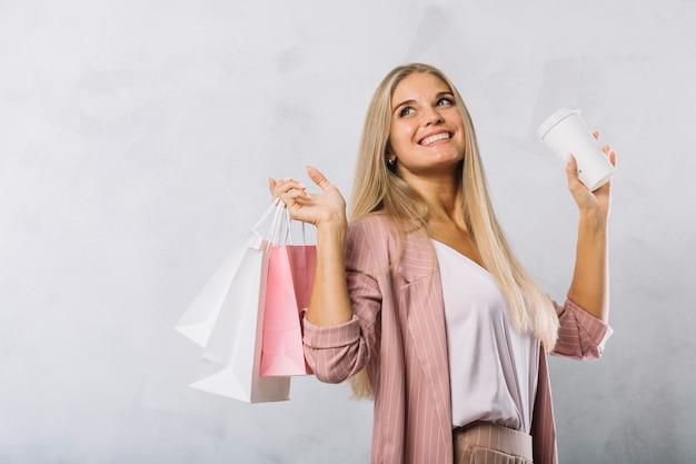 買い物袋を持つ豪華な若い女の子