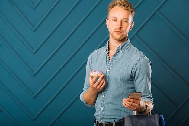 Портрет молодого человека в джинсовой ткани