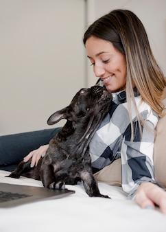 彼女の犬と遊ぶ幸せな女の子