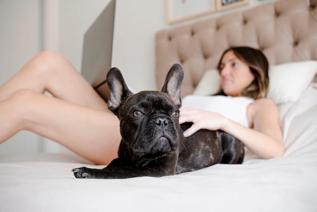 Молодая девушка отдыхает со своим щенком