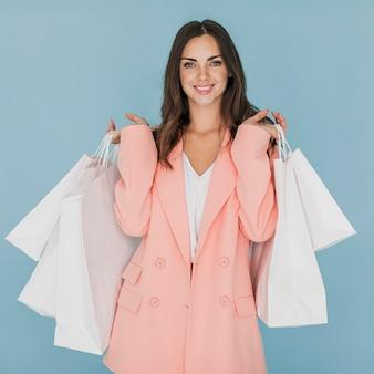 カメラ目線のピンクのスーツの女性